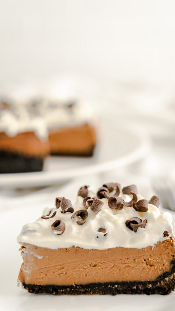 Slice mudslide cheesecake with a chocolate cookie layer and with a Irish cream chocolate filling.